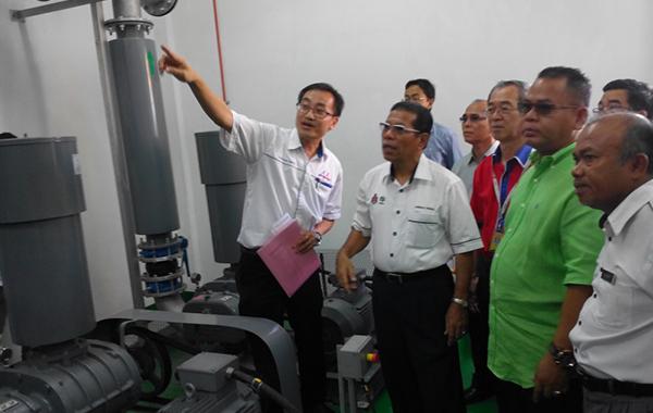 Pasar Borong Kuala Lumpur waste water treatment plant design consultant Jeffrey Wong of Buditrans Consult Sdn Bhd explaining the design of the plant to mayor Datuk Seri Ahmad Phesal Talib.