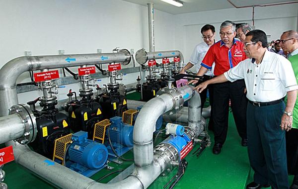 AHMAD PHESAL TALIB (kanan) melihat salah satu mesin yang digunakan bagi memproses air sisa di Pasar Borong Kuala Lumpur di Selayang, Kuala Lumpur baru-baru ini.